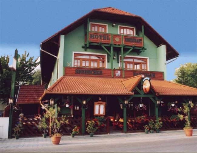 Hotel Napsugár & Gulyás Kunyhó Étterem, Balatonmáriafürdő