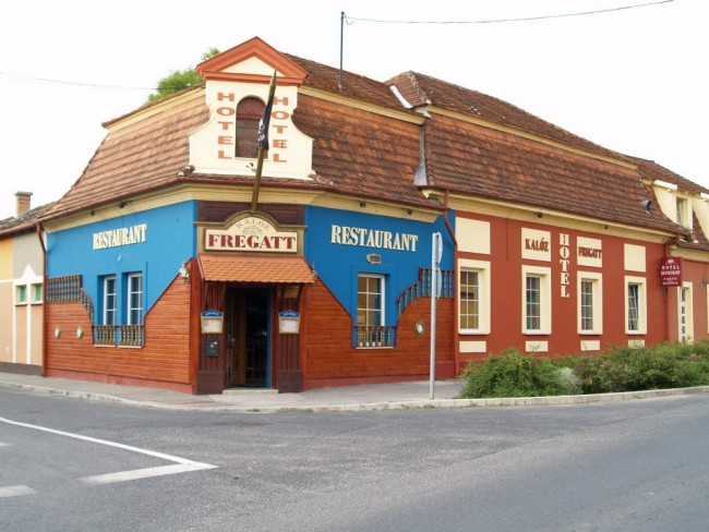 Kalóz Fregatt Pub & Hotel, Tata