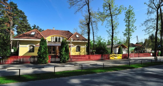 The Corner House Panzió, Tata