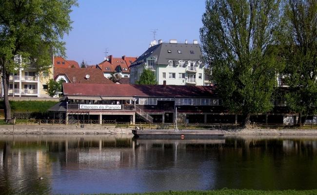 Dunaparti Csónakház Étterem-Panzió, Győr