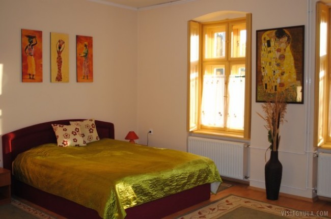 Méz Apartman, Gyula